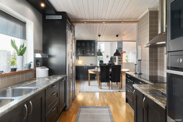 Kök i stilrent svart