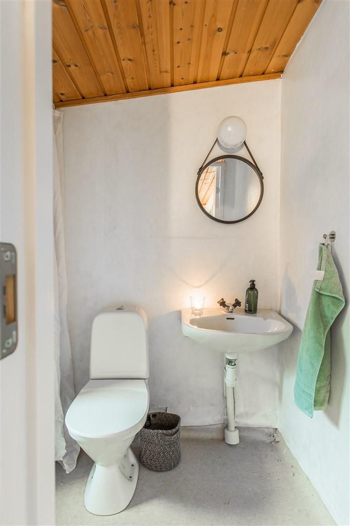 Duschrum med målad våtrumstapet på väggar