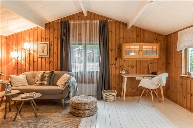 Allrum/vardagsrum med kamin och målat trägolv
