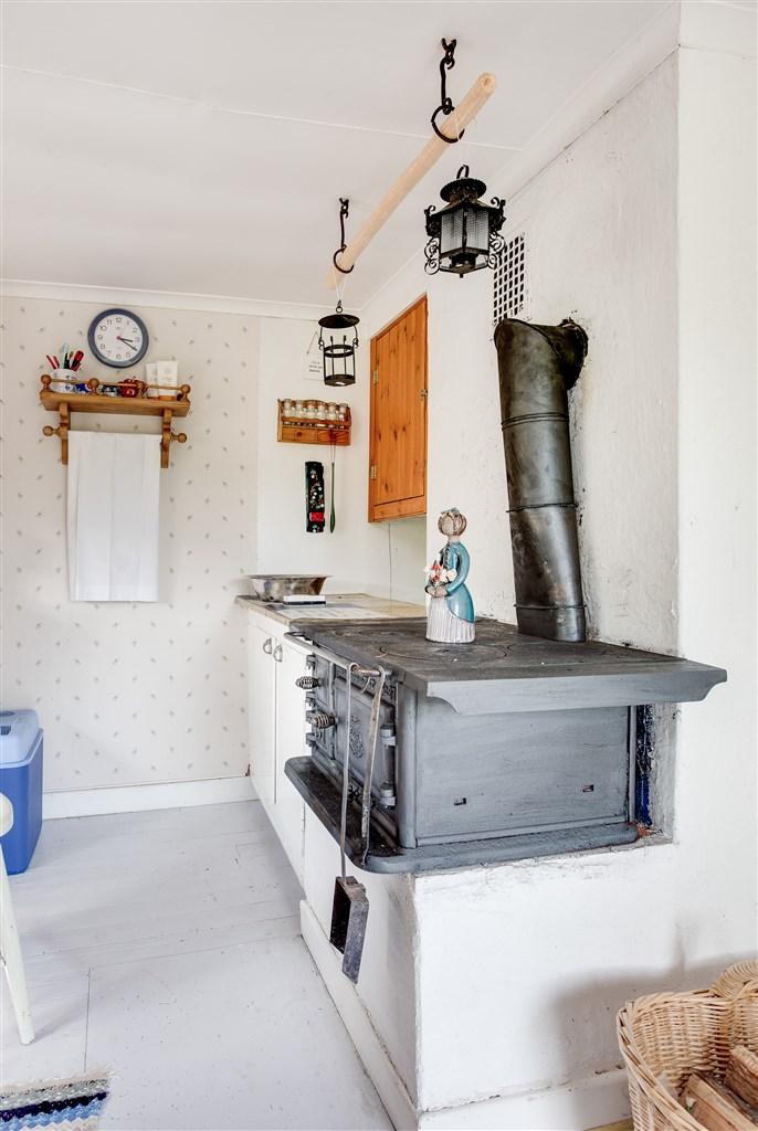 I köket finns ett platsbyggt skåp, liten arbetsbänk.