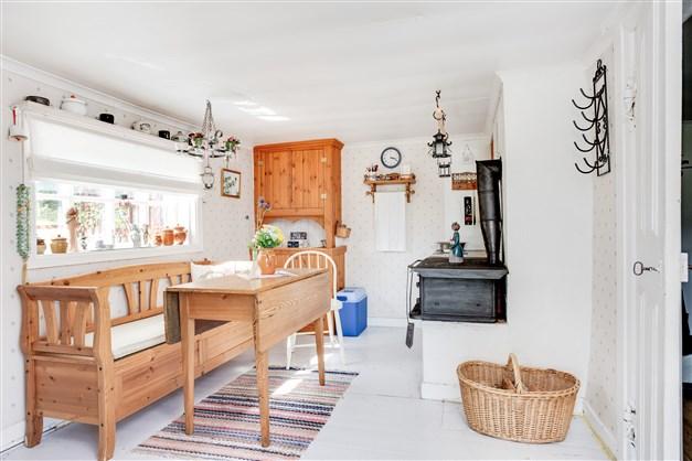 Köket har fina detaljer som exempelvis den gamla orginal dörren som renoverats.
