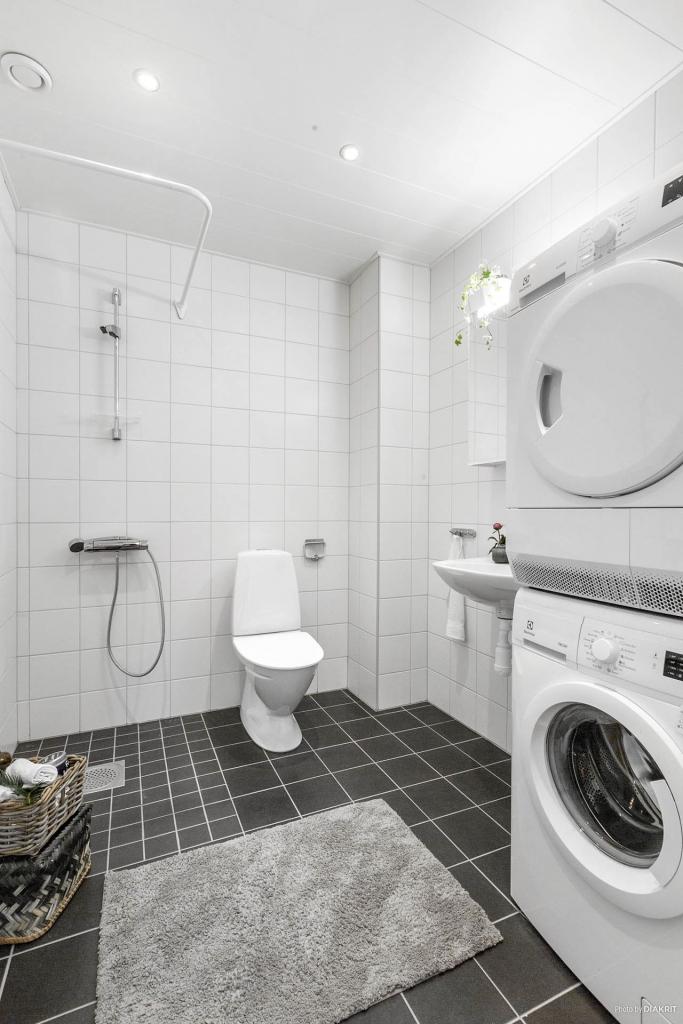 Helkaklat kombinerat wc/duschrum/tvätt