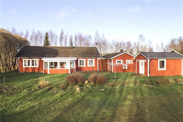 Välkomna till Garluö 115 - välskött enplansvilla med lantligt läge, stor tomt och rymligt garage!