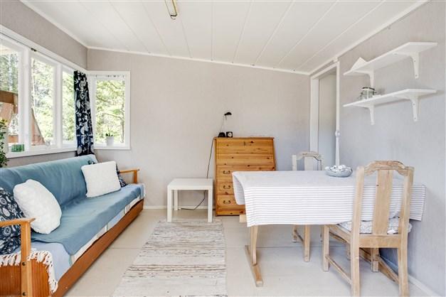 Ett ljust och fint rum med plats för matmöbel, soffa mm. Här finns ingång till sovrummet.