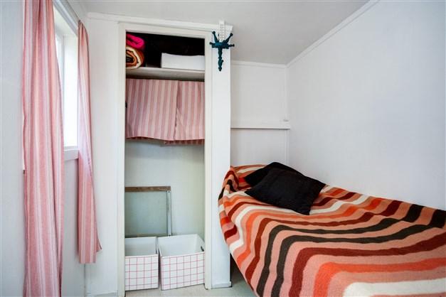 Sovrum med en garderob.
