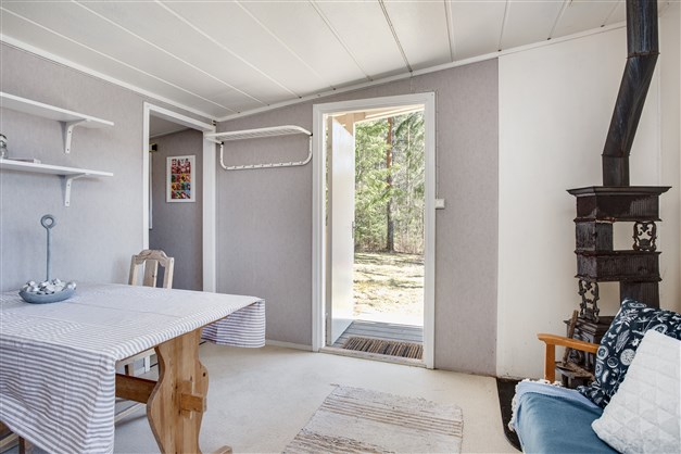 Vardagsrum/matrum med ingång från veranda.
