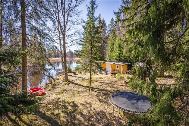 Charmigt sommarställe på arrende med fint enskilt läge vid Arbogaån med anslutning till sjön Väringen.