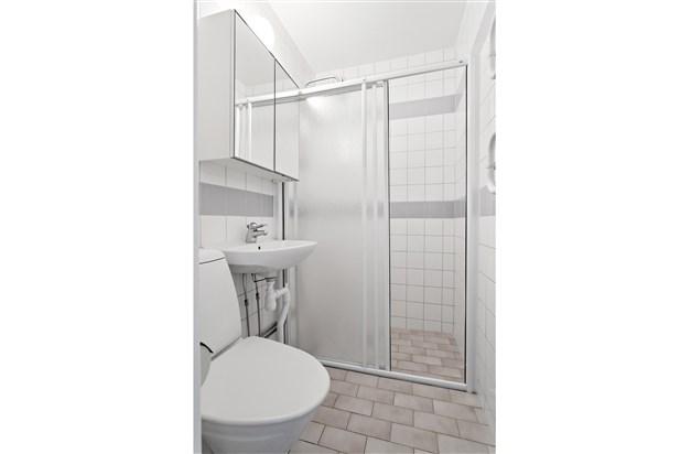Stambytt och helkaklat badrum med takdusch.