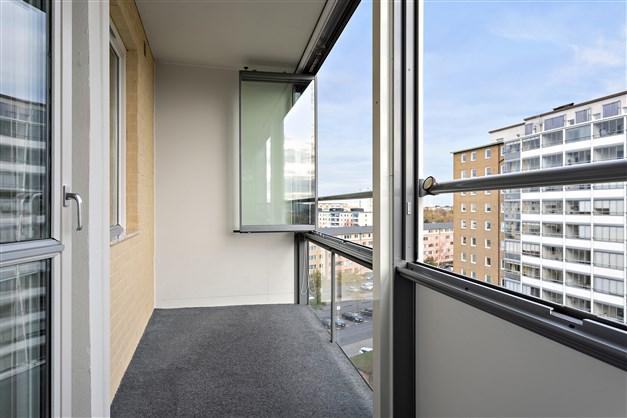 Rejält tilltagen och inglasad balkong.