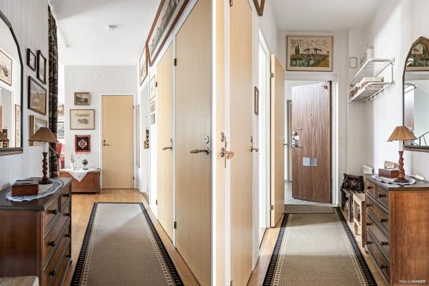 Entréhall med plats för avhängning samt två garderober