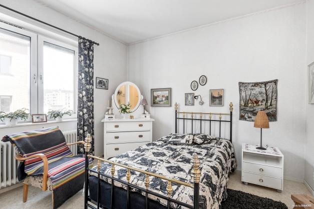 Sovrum med garderober och klädkammare