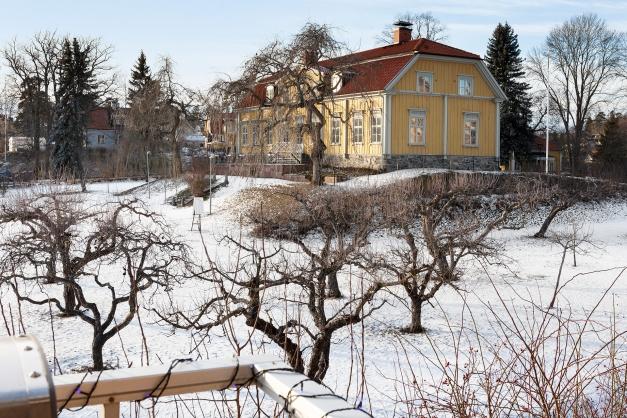 Utsikt mot Fullersta Gård från balkongen.