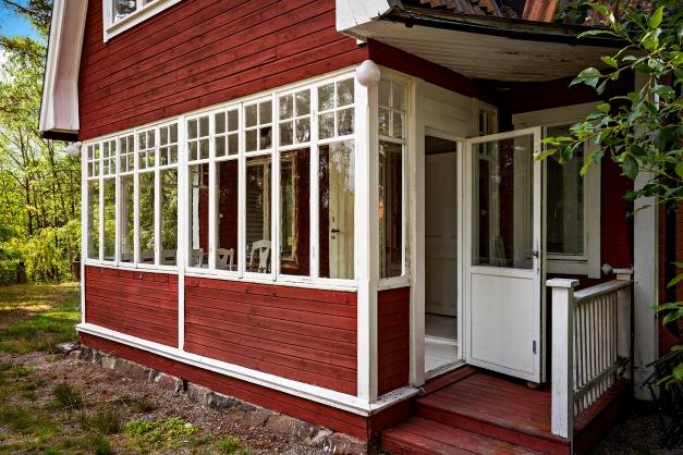Veranda med gamla spröjsade fönster