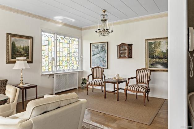 Vardagsrummet har plats för flera sittgrupper om man vill.