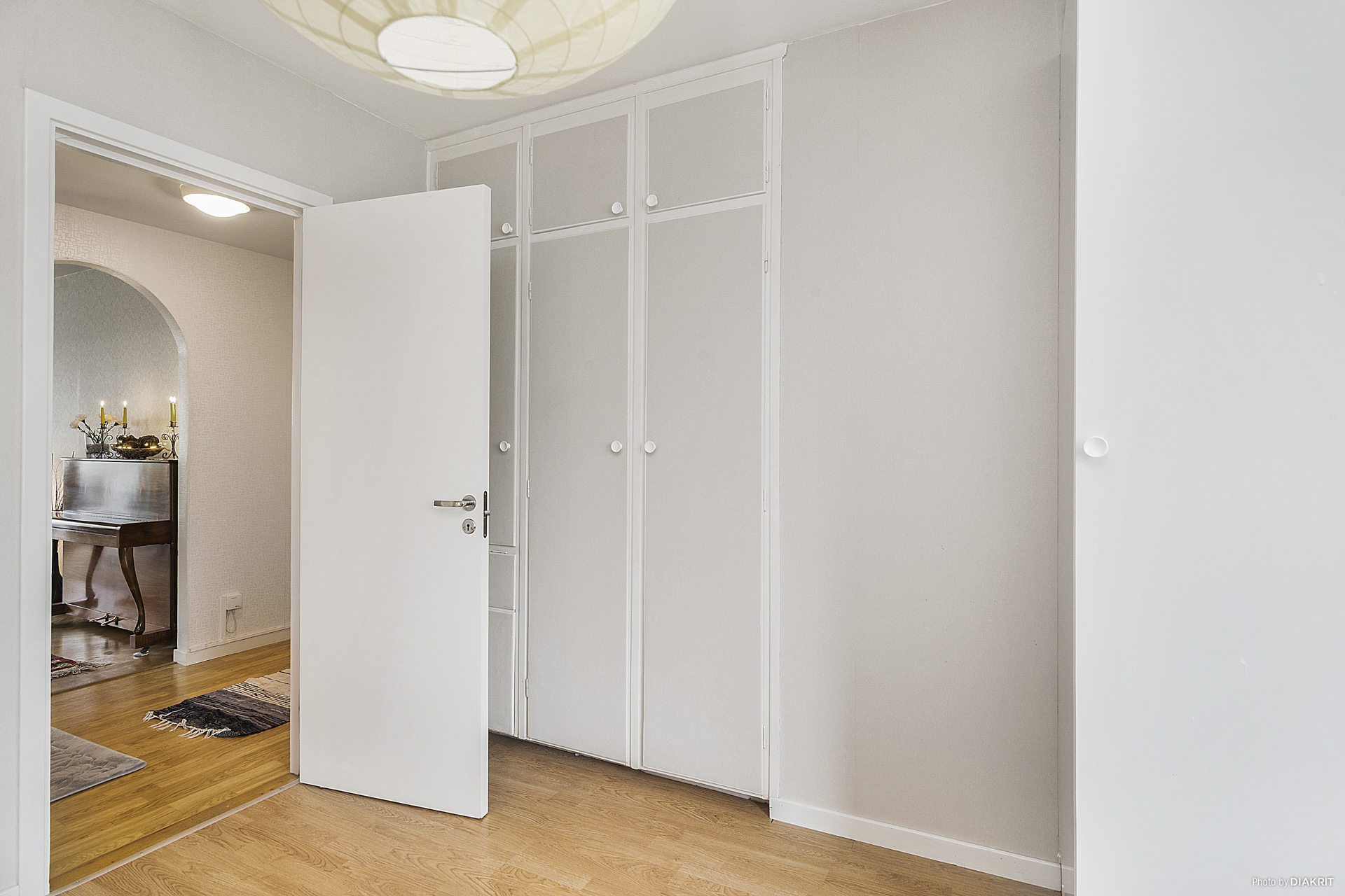 2 st lösa garderober och 3 st inbyggda garderober ger bra förvaringsmöjligheter.