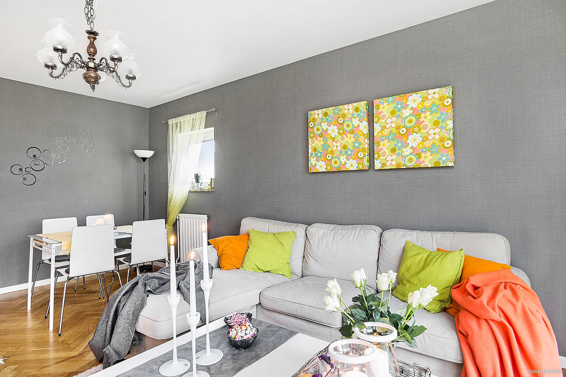 I vardagsrummet finns plats för både soffmöblemang och matbord.