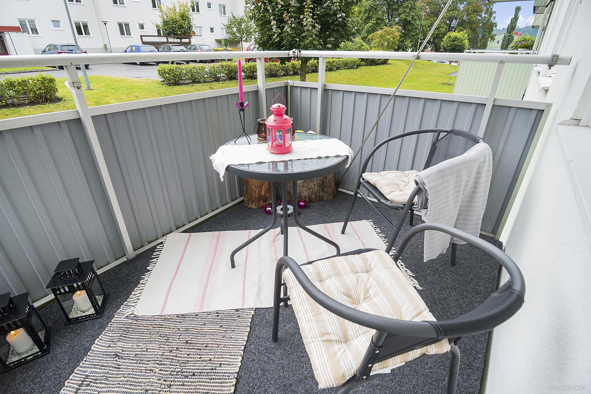 Rymlig balkong med heltäckningsmatta.