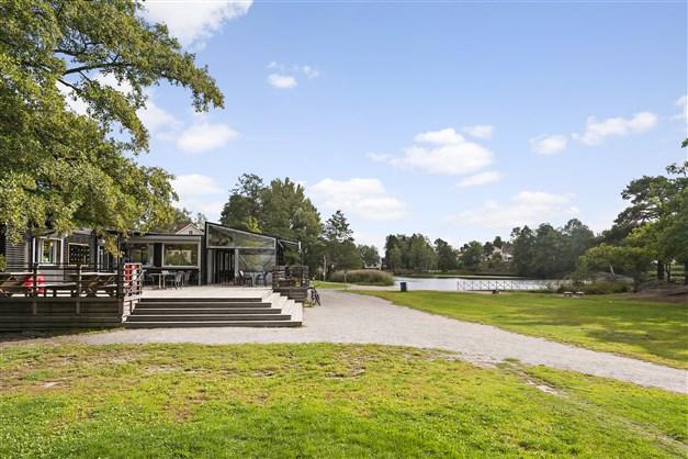 Invid Långsjöbadet ligger den året-runt-öppna restaurangen Casa de Lago med fin utsikt över sjön