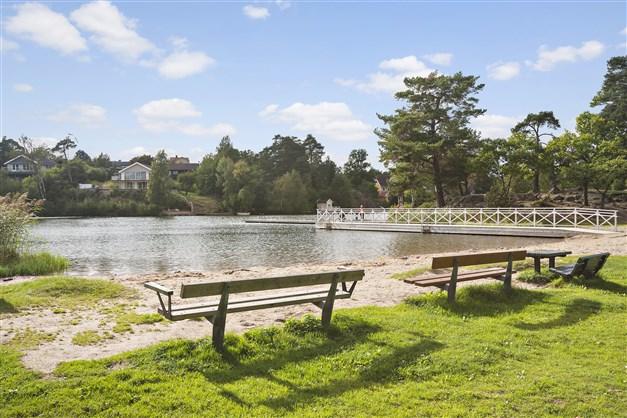 på kortare cykelavstånd ligger det populära strandbadet vid Långsjön