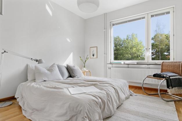 Sovrum 2 - det största sovrummet. Här finns även gott om förvaring i linneskåp och garderober