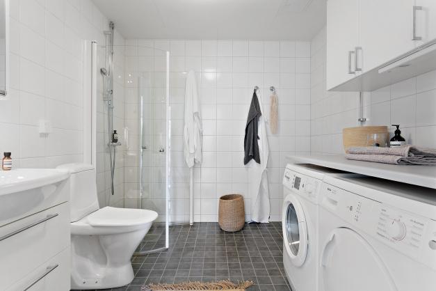 Rymligt duschrum/badrum med egen tvättmaskin och torktumlare
