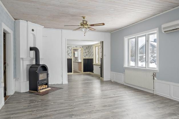 Strategiskt placerad och värmande braskamin i vardagsrum