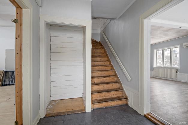 Hall i entréplan med trappa till övre plan.