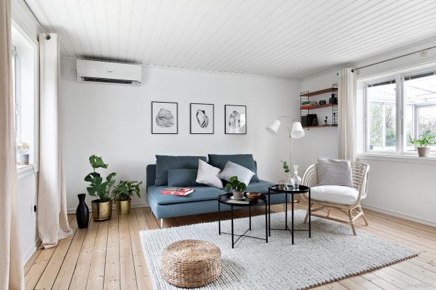 Vardagsrummet med ljusinsläpp från två håll