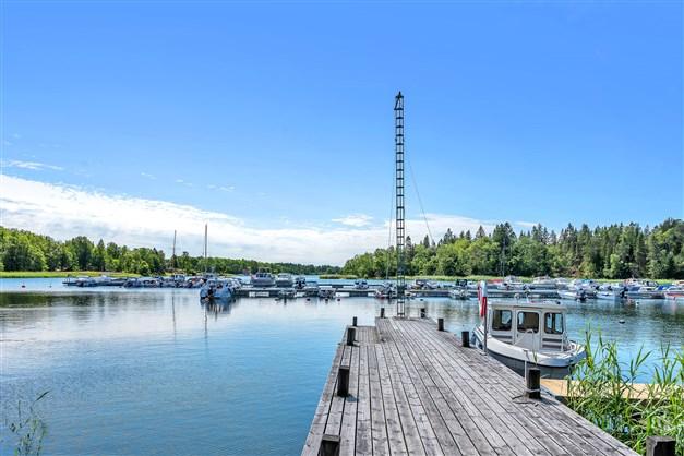 Båthamnen med båtplatser i Vretaviken
