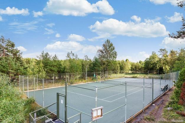 Välordnad tennisbana bara 900 meter från huset.