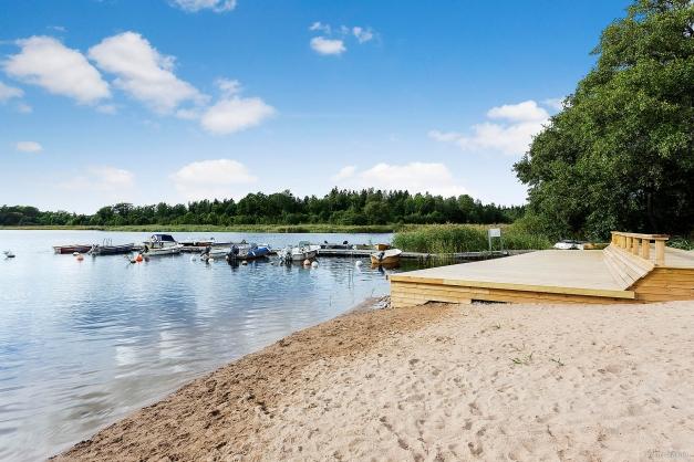 Här har du nära till flera badstränder i omgivningarna. På Bilden Lötaviken.