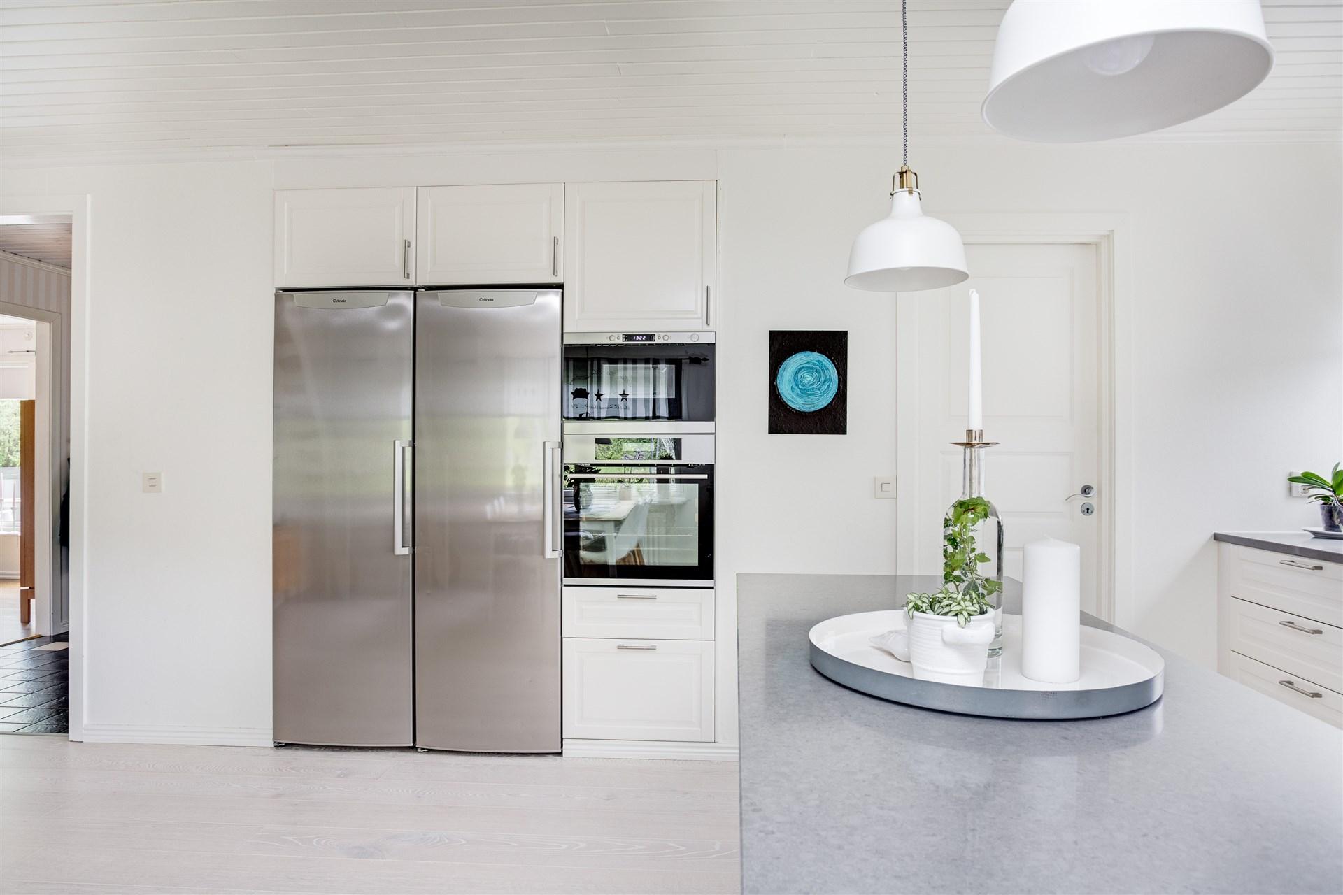 Inbyggd microugn, ugn och fullstor kyl och frys. Här finns utgång till groventré/tvättstuga.