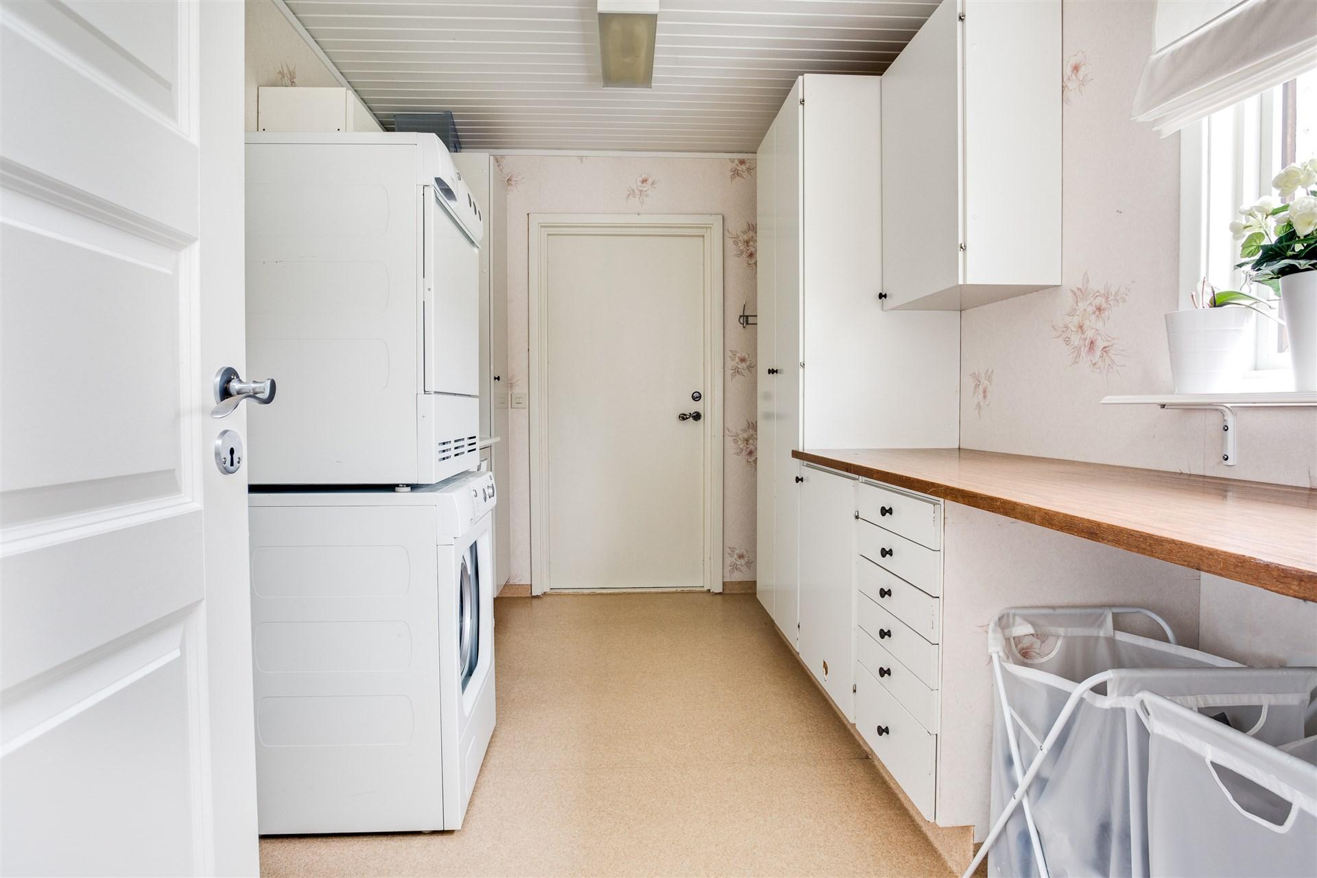 Groventré/tvättstuga med plastmatta på golv. Här finns praktisk arbetsbänk med underskåp, 1 dubbelgarderob och 1 linneskåp.