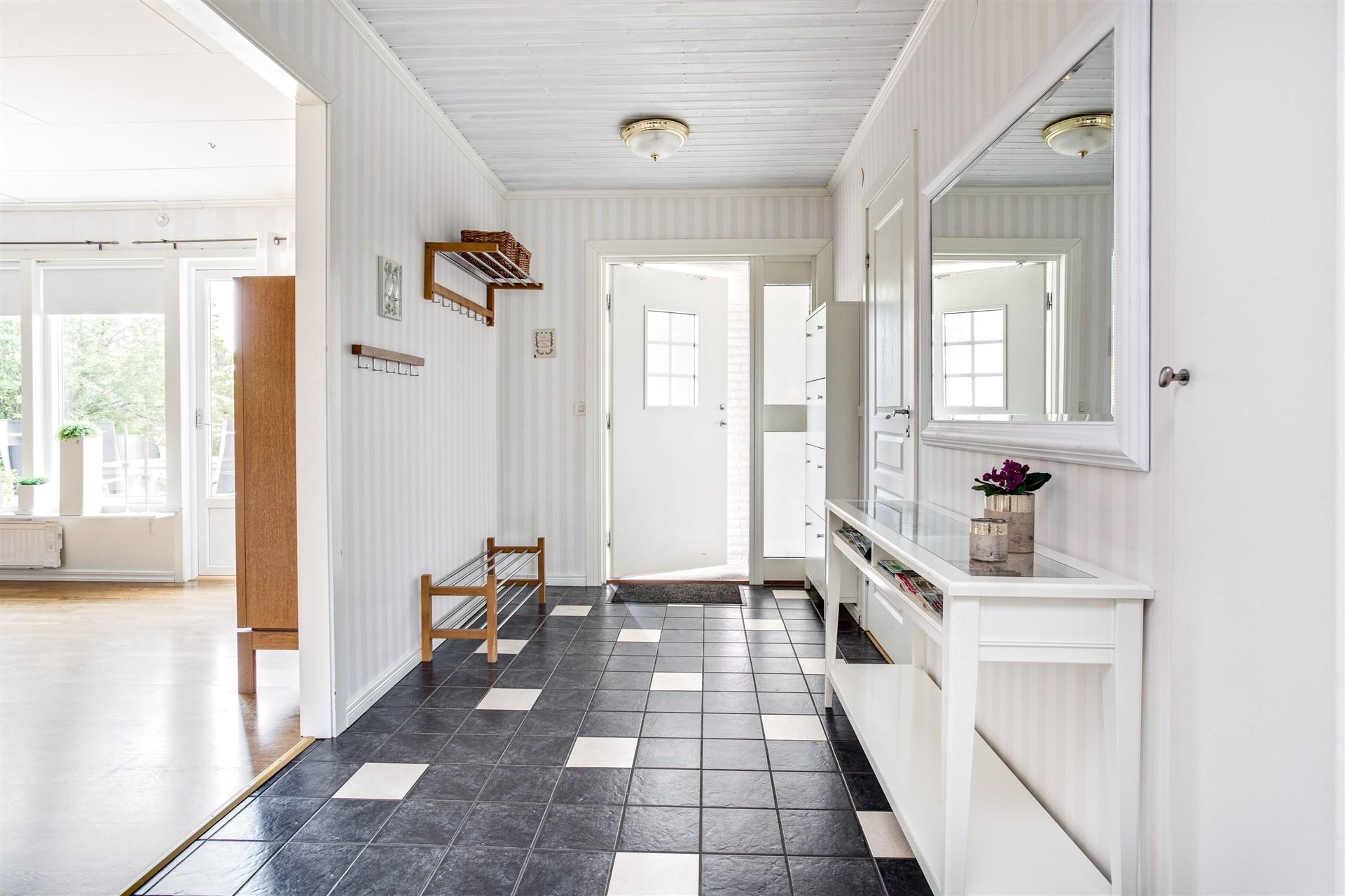 Välkommen in! Hall med klinkergolv och delvis golvvärme.