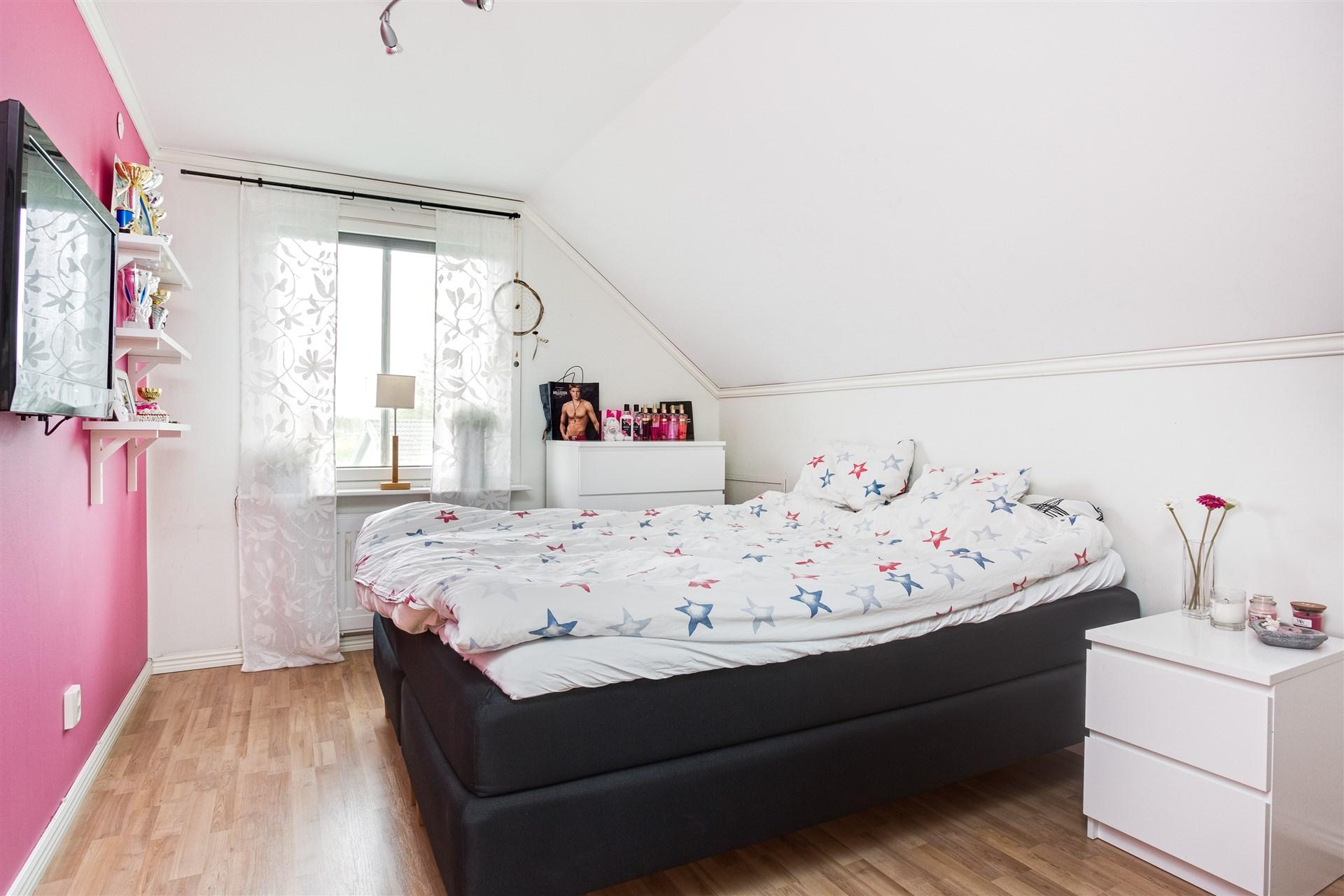 Sovrum 6 med 1 garderob och lucka till takfoten.