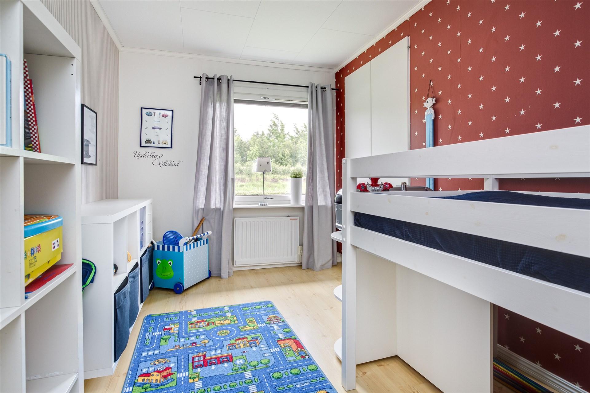 Sovrum 2 med laminatgolv, 1 garderob och 1 linneskåp.