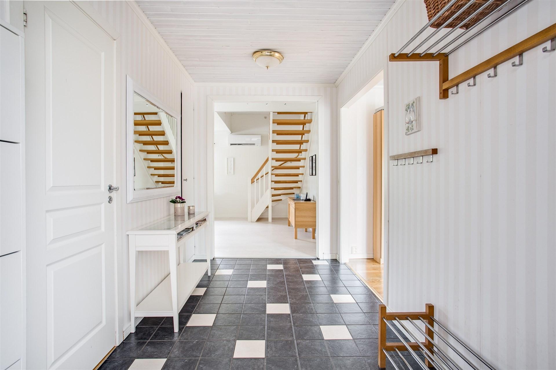 I hallen finns portal till vardagsrummet och ingång mot kök och badrum.