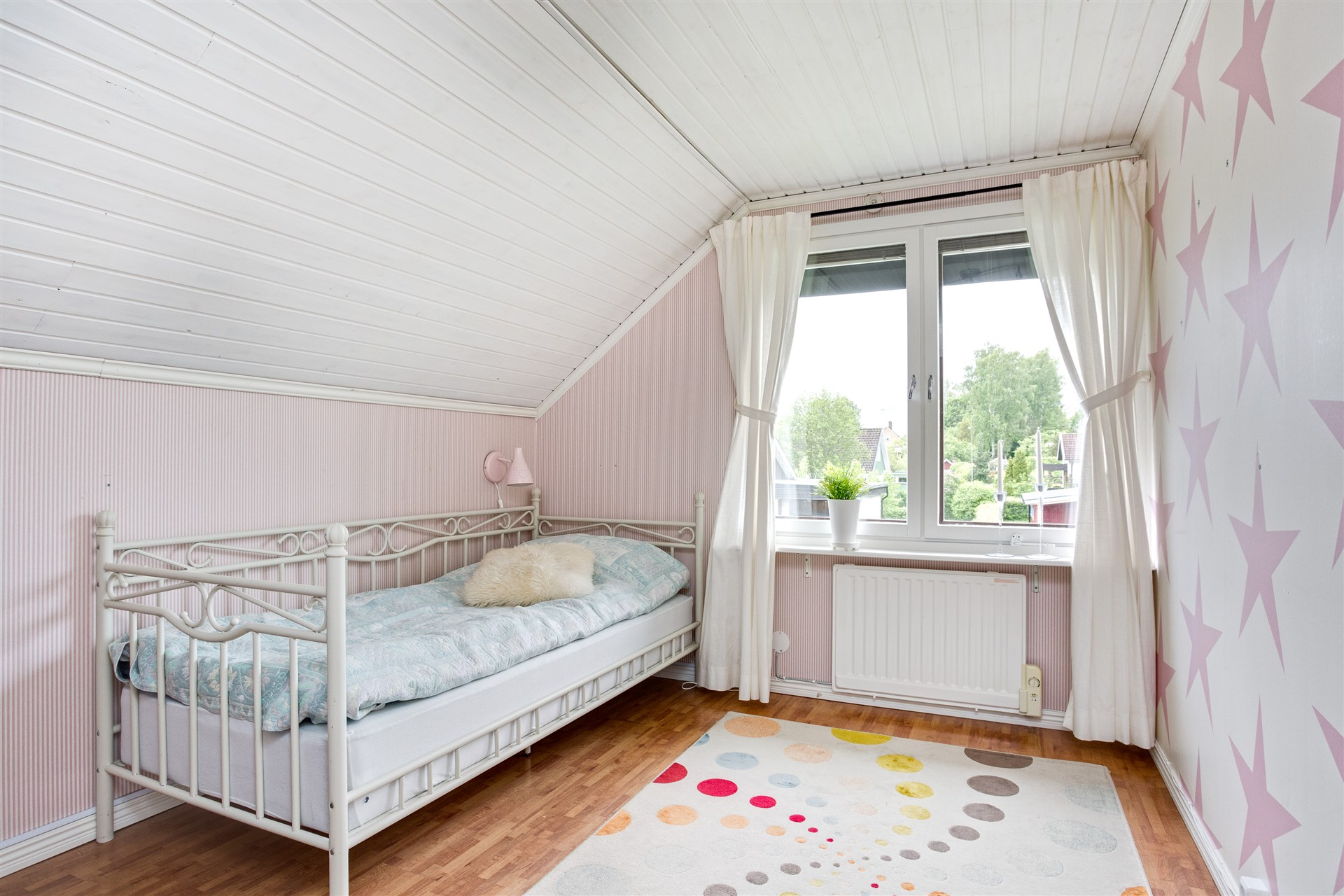 Sovrum 4 med fondvägg och markis över fönstret.