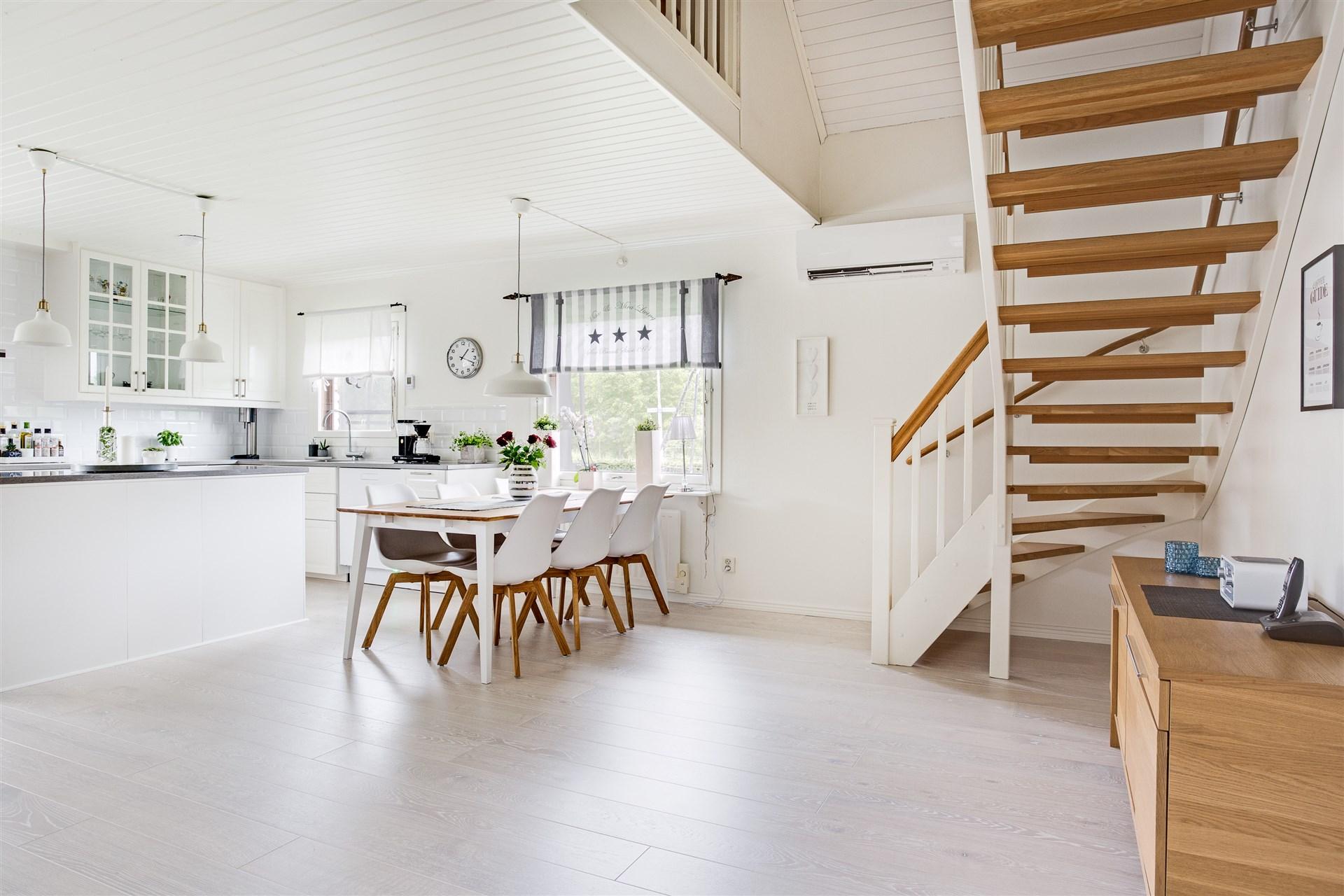 I köket finns plats för stor matrumsmöbel. Här finns också trappen till övervåningen.