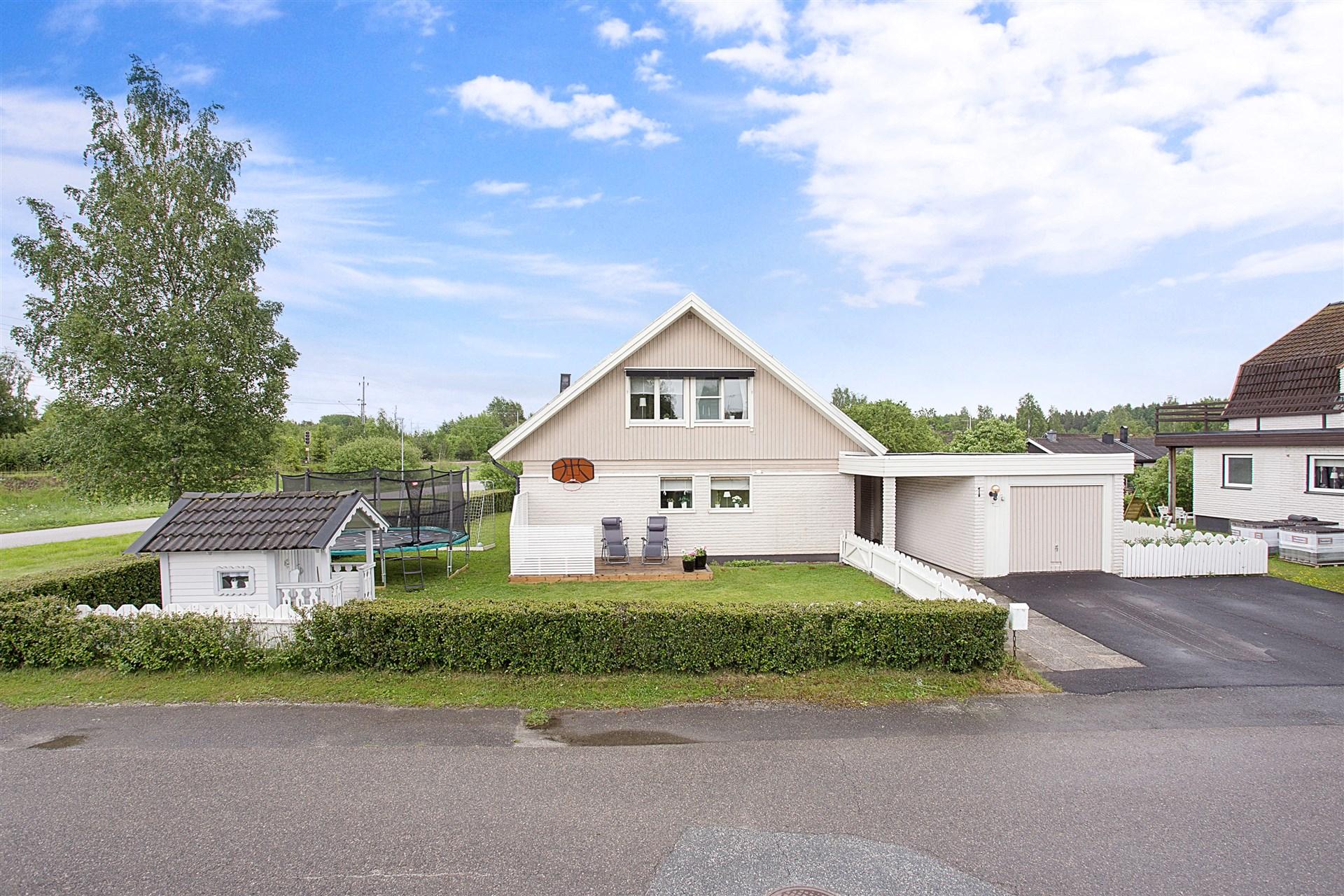 Fräsch villa med fint hörnläge och gångavstånd till förskola och skola åk 1-9.
