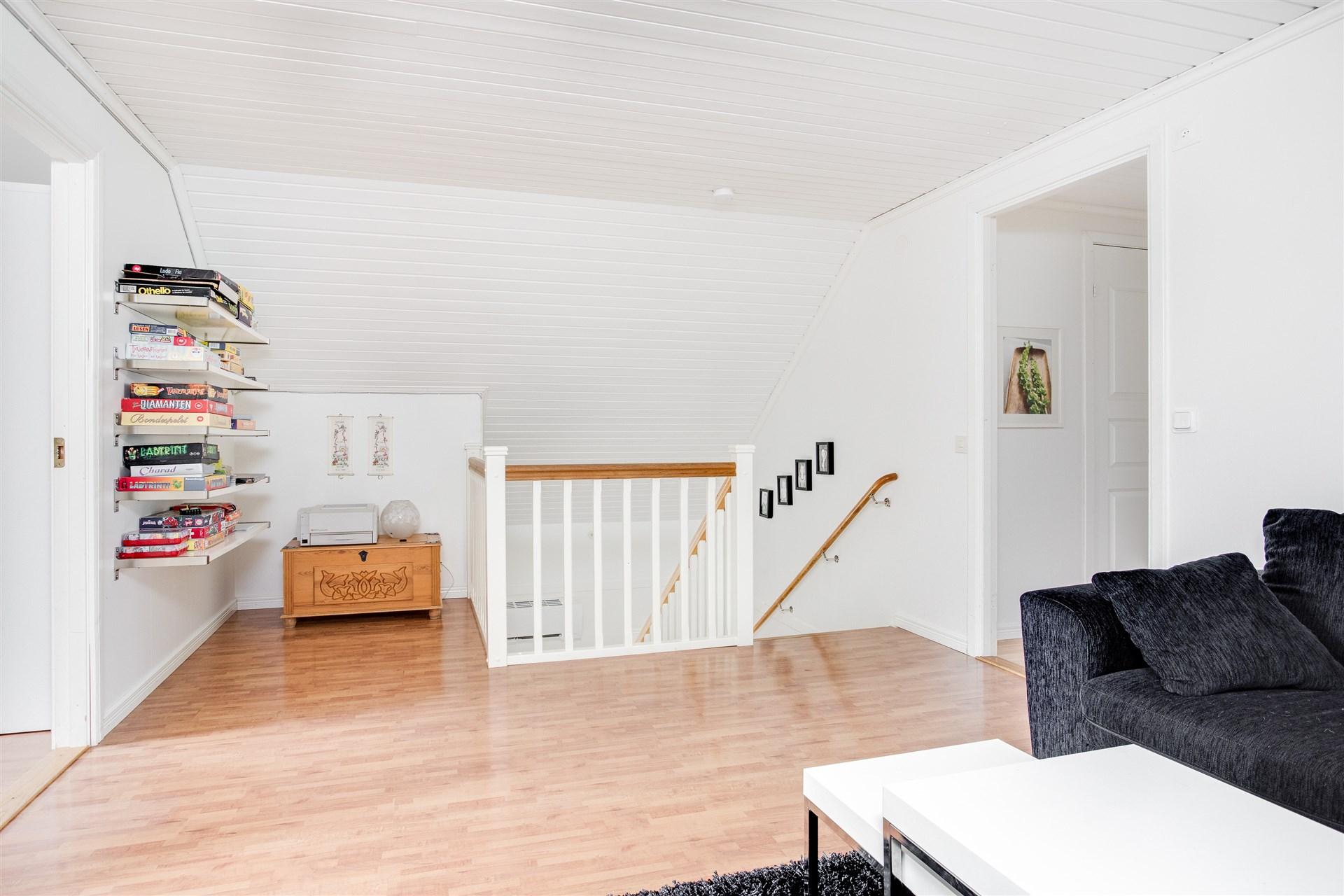 Möblerbar hall på övervåningen med ny trapp och trappräcke.