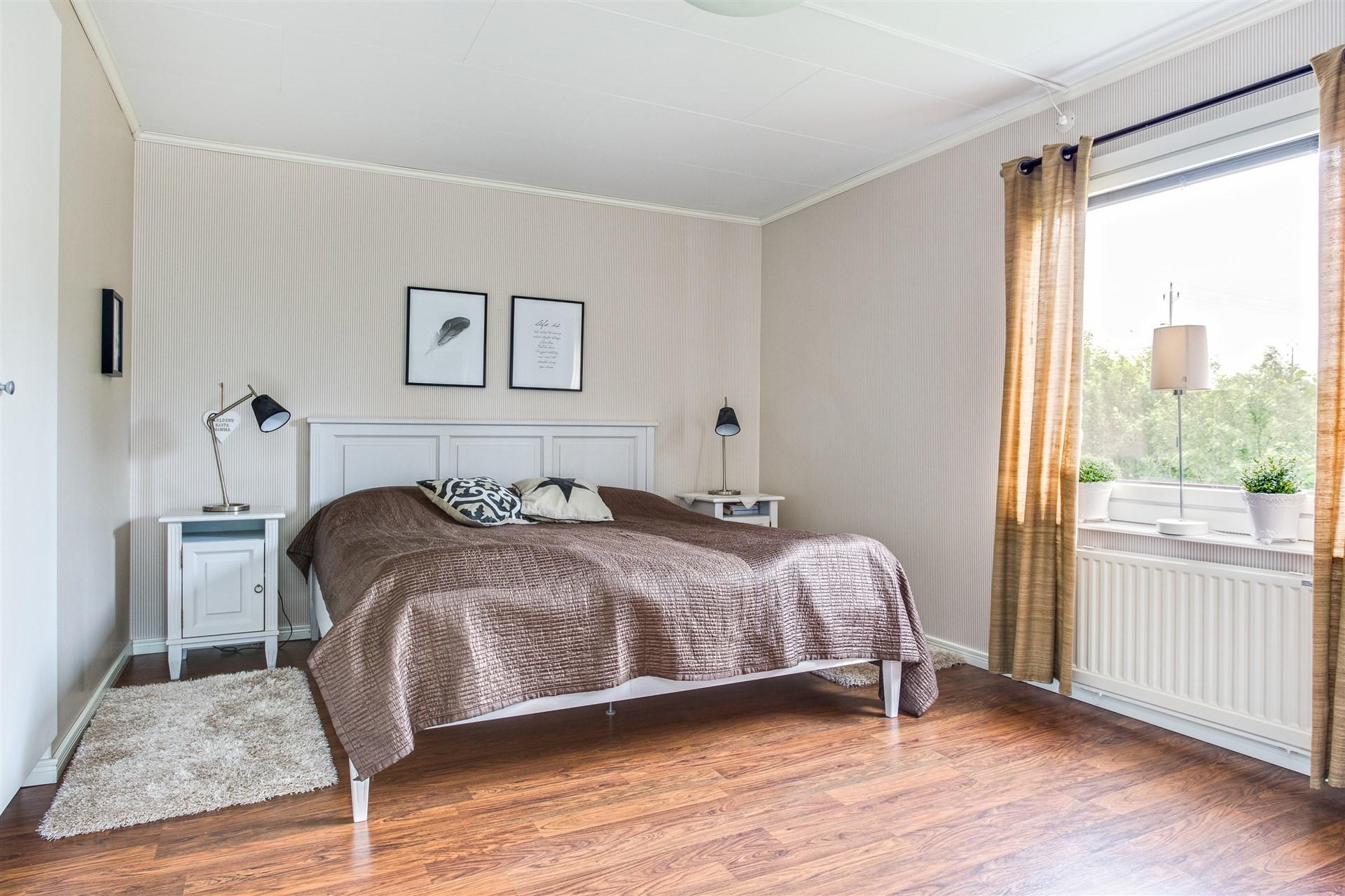 Sovrum 1 laminatgolv, 1 dubbelgarderob och 3 enkla garderober.