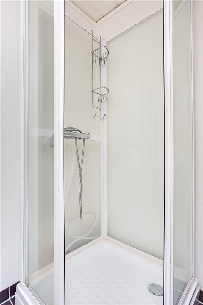 Dusch/wc, här finns duschkabin, wc och handfat.