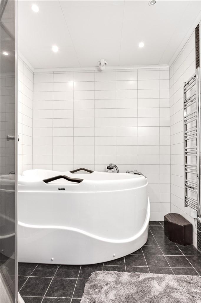 I badrummet finns också duschkabin, bubbelbadkar och en handdukstork.
