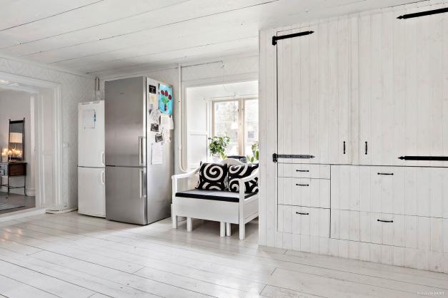 Kök med platsbyggt skafferi