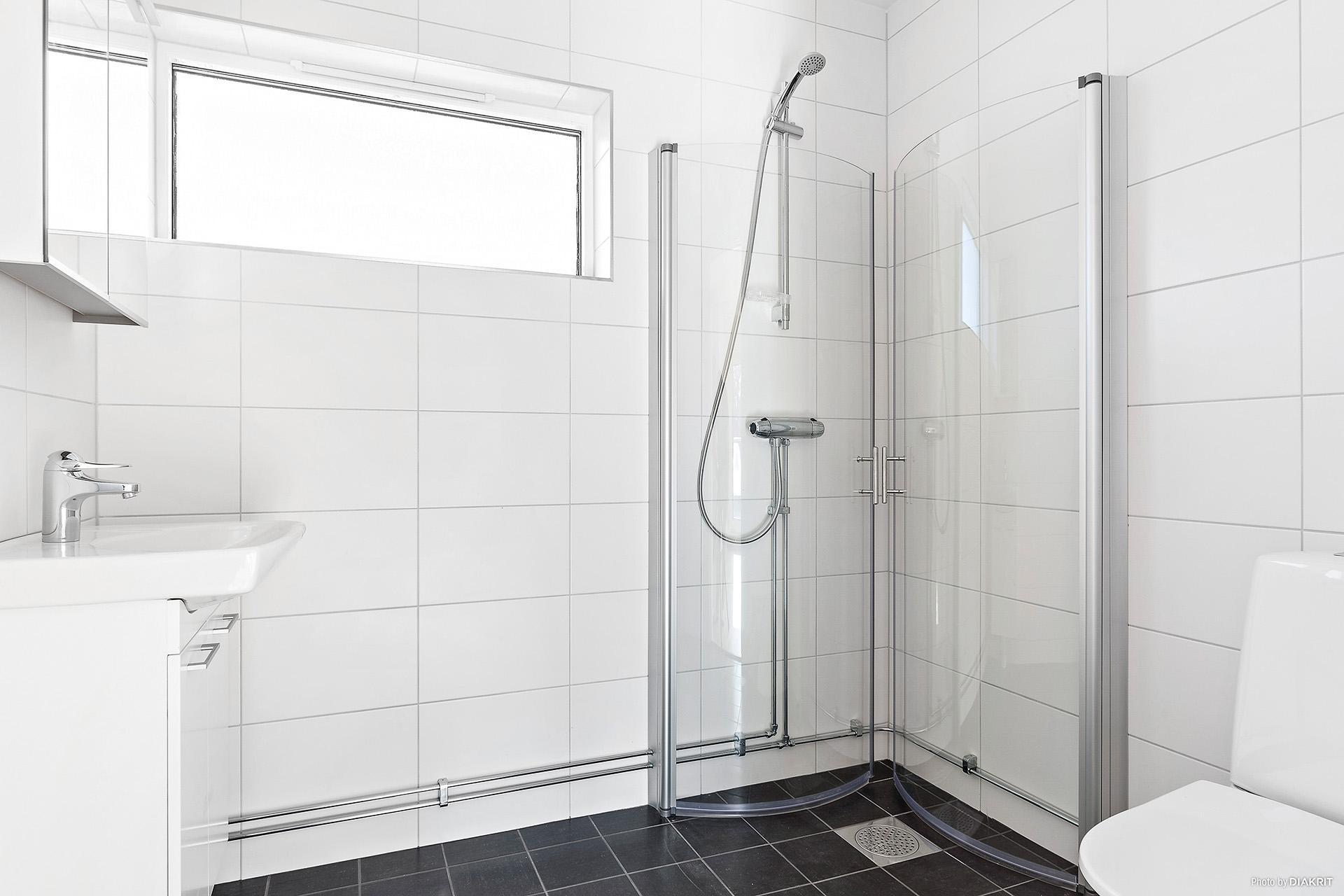 Helkaklat duschrum med WC, övervåning