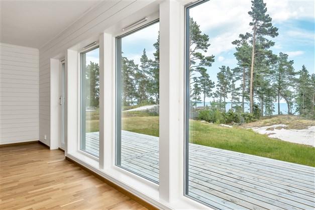 Vardagsrummet och fönster mot vattnet