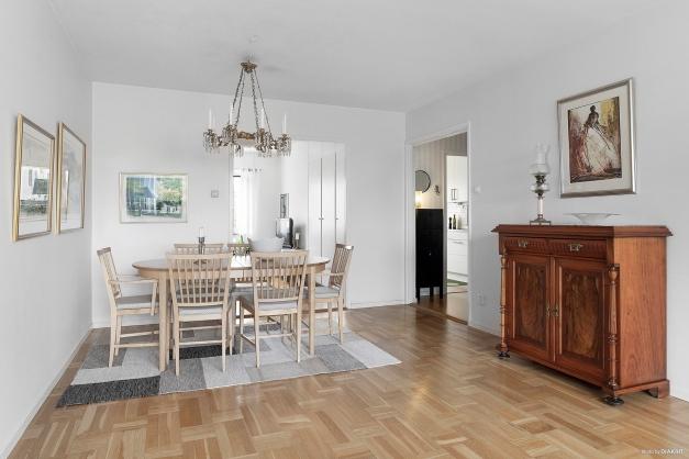 Vardagsrummet har plats för både soffgrupp och matbord.