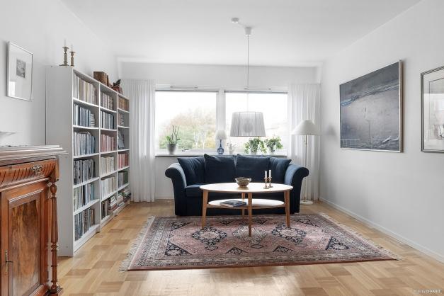 Vardagsrum med vacker ekparkett.
