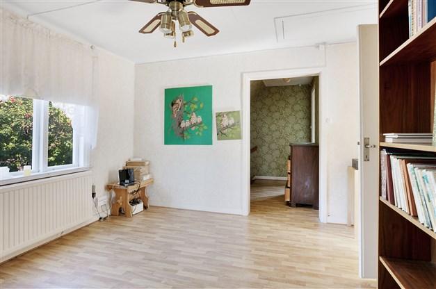 Hall på övervåningen med fin ljusinsläpp